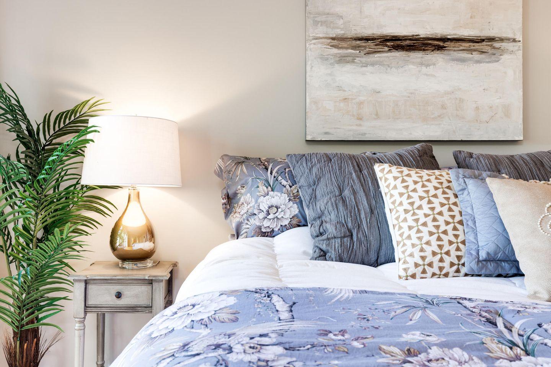 Schlafzimmer einrichten: gemütliches Bett