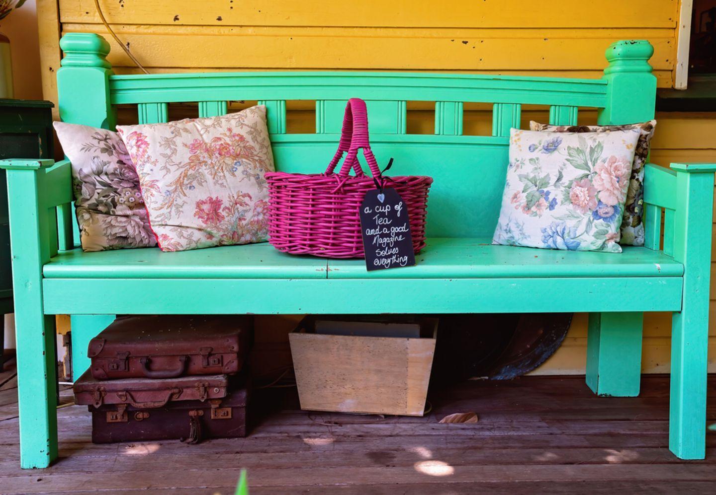 Upcycling-Ideen für Möbel: Bank mit türkiser Farbe