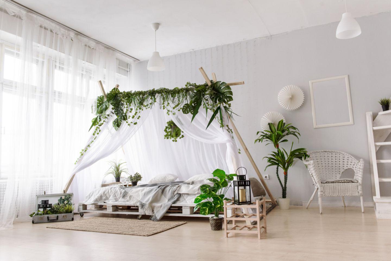 Upcycling-Ideen für Möbel: Palettenbett mit Baldachin