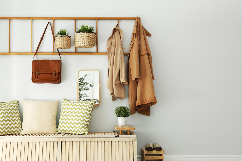 Upcycling-Ideen für Möbel: Leiter als Garderobe
