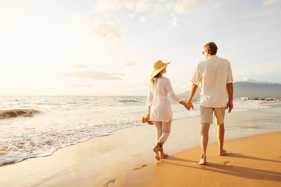 3 Sternzeichen, die die große Liebe erst spät finden: Paar am Strand