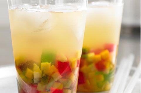 Eistee mit Früchten und Geleewürfeln