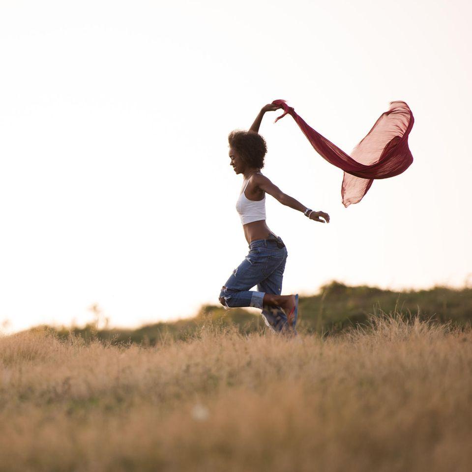 Horoskop: Eine aufgeschlossene junge Frau