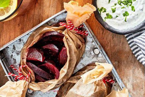 Rote-Bete-Päckchen mit Joghurt-Dip