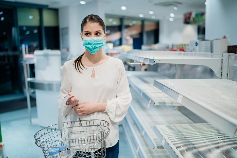 Frau läuft durch eine leere Drogerie