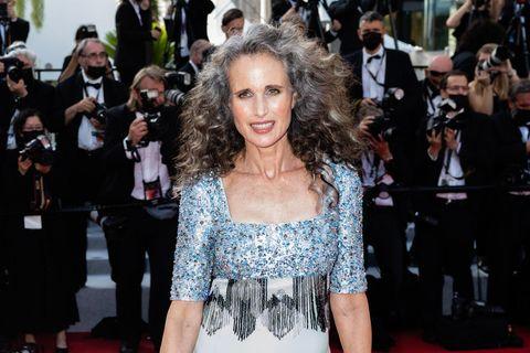 Wow! Was für ein Auftritt! Andie MacDowell präsentiert ihre graue Mähne bei den Filmfestspielen in Cannes. Dazu trägt sie ein farblich perfekt abgestimmtes Kleid von Prada.