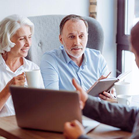 Lebens- und Rentenversicherungen: Älteres Ehepaar wird beraten