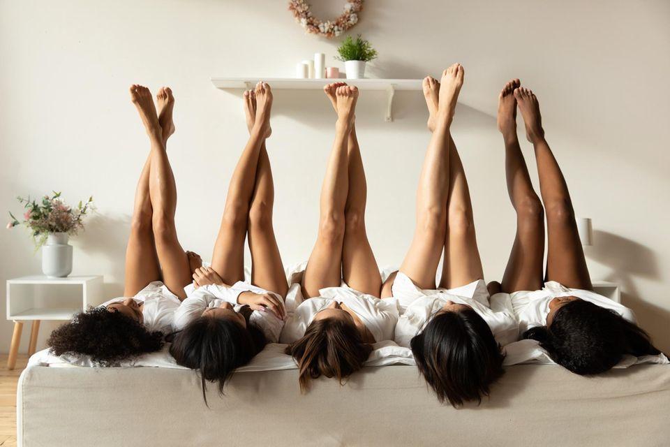 Körpereigene Müllabfuhr: Frauen liegen auf dem Bett