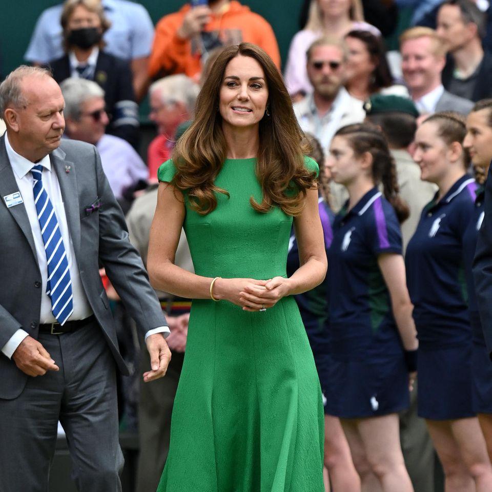 Herzogin Catherine setzt beim Auftritt in Wimbledon auf ein grünes Kleid in Midilänge von Emilia Wickstead: ganz simpel und doch raffiniert.