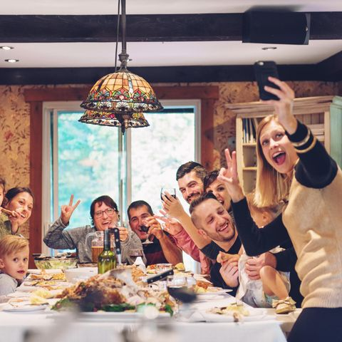 Mangel an Sozialwohnungen: Großfamilie beim Essen, Selfie