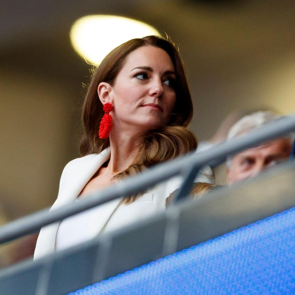 Zum EM-Finale England gegen Italien in Wembleywählt Herzogin Catherine Hingucker-Ohrringe in Rot. Zugegeben: Solche auffälligen Schmuckstücke findet man sonst eher selten in ihrer Schmuckschatulle, setzt die Dreifach-Mama doch lieber auf dezentere Variationen beispielsweisein Stecker-Form. Zum weißen Blazer von Zara sind die Ohrringe von Blaiz jedenfalls ein Hingucker.