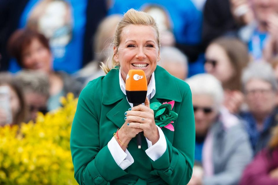 "Andrea Kiewel im ""ZDF-Fernsehgarten"": Ihr Latex-Spruch sorgt für Furore: Andrea Kiewel"