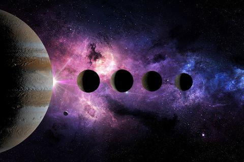 Rückläufige Planeten: Das Sonnensystem vor violettem Sternennebel