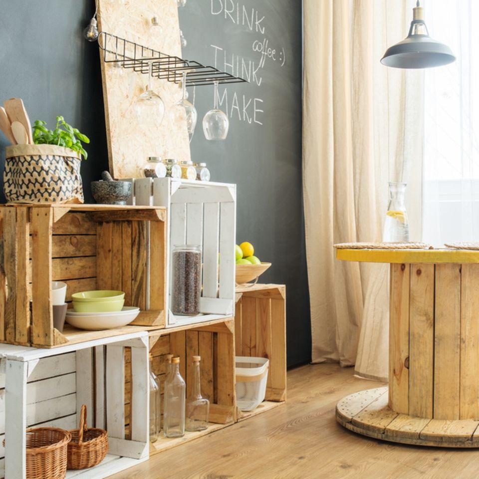 Upcycling-Idee für Möbel: Weinkisten und Kabeltrommel