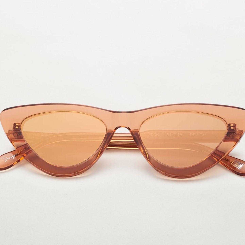 Zarte, gedeckte Farben liegen auch diesen Sommer voll im Trend. Wer also nicht nur einen Durchgucker möchte, sondern vor allem einen Hingucker, sollte auf bunte Sonnenbrillen setzen. Von Peach bis Guave hat die Marke Chimialle Farben, die das Sonnenbrillen-Herz höher schlagen lassen. Um die 50 Euro.