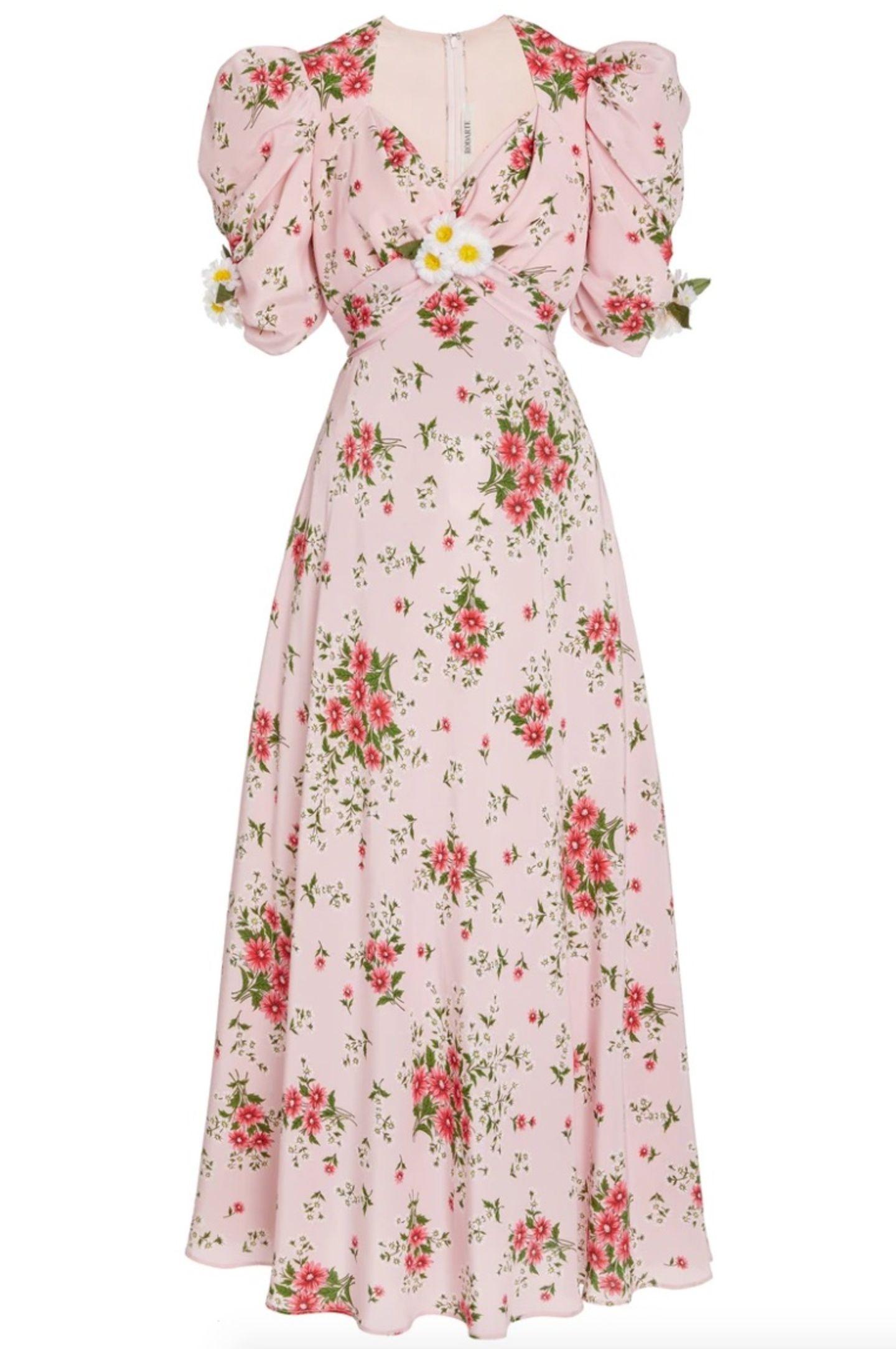 Was im Sommer keinesfalls fehlen darf? Ein fließendes Kleid mit Blumen-Muster und wahlweise Puffärmeln. Ein Modell rangiert in der Kategorie Flower-Dress ganz weit oben: Das Seidenkleid von Rodarte besticht durch einen V-Ausschnitt und Gänseblümchen-Applikationen, kostet ca. 2.200 Euro.
