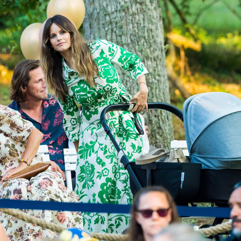 Beim Open Air Konzert auf Schloss Solliden präsentiert sich Prinzessin Sofiain einem Blusen-Kleid mit Bindegürtel des Labels Zara. Die grünen Blumen-Ornamente des 50-Euro-Kleides passen perfekt zum sommerlichen Ambiente und werden von ihrem Armband, ebenfalls in Grün,nochmal aufgegriffen.