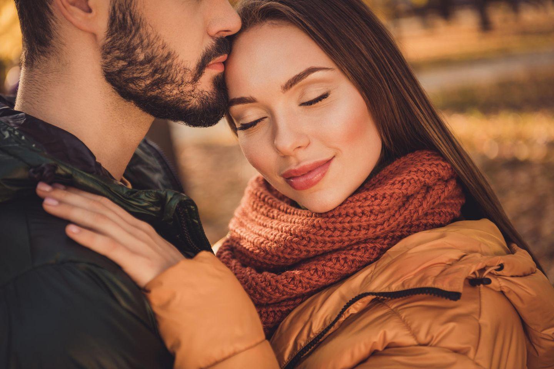 Bedingungslose Liebe. Frau legt den Kopf an den Kopf des Mannes