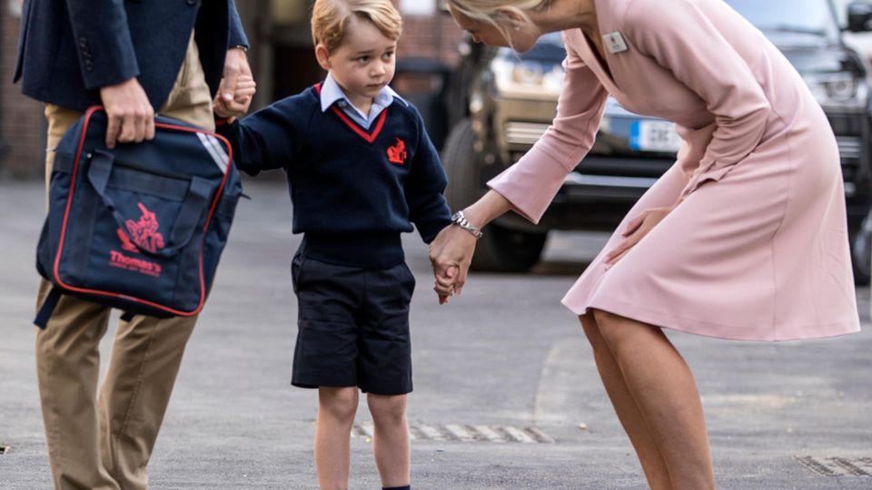 Prinz George am Tag seiner Einschulung mit kurzen Hosen