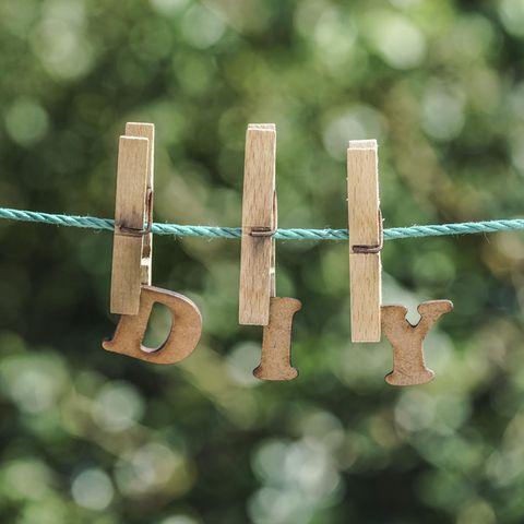 Basteln mit Wäscheklammern: Holzwäscheklammern an der Leine