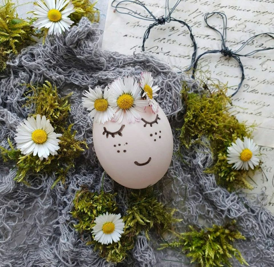 Basteln mit Naturmaterialien: Ei mit Gesicht