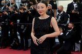 Influencerin Jessica setzt auf das gute alte Black Dress! In seinem enganliegenden Design von Alberta Ferretti sieht der TikTok-Star umwerfend aus.