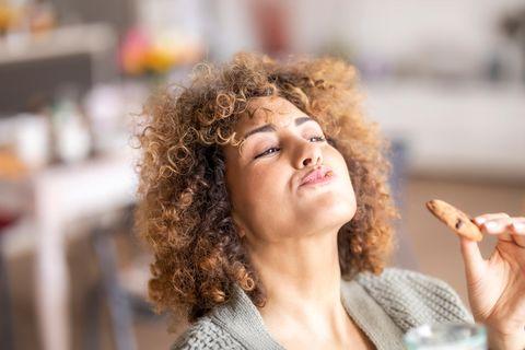 Frau mit Keks