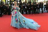 Für Schauspielerin Sharon Stone ist auf dem roten Teppich von Cannes mehr definitiv mehr! Ihr auffälliges Tüllkleid mit angesteckten Blüten stammt aus dem Hause Dolce & Gabanna und sorgt für geteilte Meinungen. Ihr Schmuck ist von Chopard.