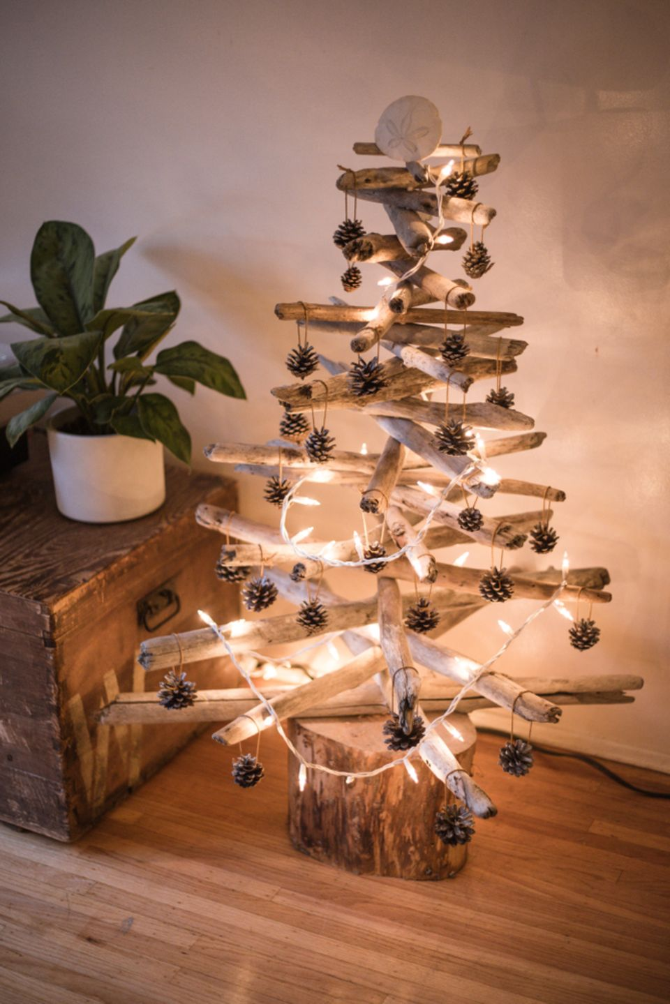 Basteln mit Naturmaterialien: Weihnachtsbaum aus Treibholz