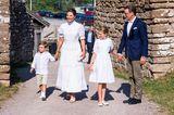 Anlässlich ihres 44. Geburtstags erscheint Prinzessin Victoria farblich abgestimmt mit ihrer Familie bei schönstem Wetter. Dabei bleibt sie ihrem modischen Geburtstagsmotto treu: Jedes Jahr kleidet sich die Thronfolgerin in Weiß. Dieses Mal in einem Kleid von By Malina.