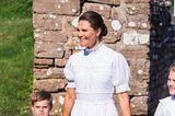 Auch ihre Accessoires sind in Weiß gehalten. Ihre gesteppte Taschevon Miu Miu und die Leder-Wedges von Maison Valentino sorgen für einen sommerlichen Touch.