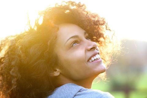 Horoskop: Eine junge Frau schaut in den Himmel