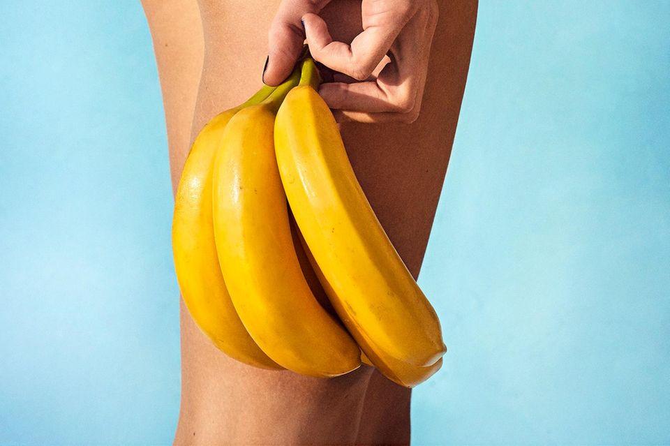 Früchte für die Schönheit: Bananen und eine Frau im Badeanzug