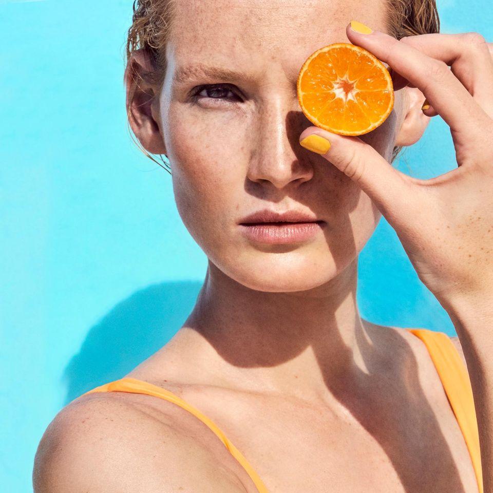 Früchte für die Schönheit: Frau mit Orange