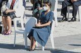 Königin Letizia weiß, wie man sich zu bestimmten Anlässen entsprechend kleidet. Auch die Wahl ihres Looks zum Gedenken an dieOpfer der Covid-19-Pandemie vor dem Königlichen Palast in Madridist sehr angemessen und schlicht. Zu ihrem Kleid vonBottega Veneta kombiniert Letizia schwarze Pumps und eine passende Clutch vonManolo Blahnik und Carolina Herrera – sehr stilvoll.
