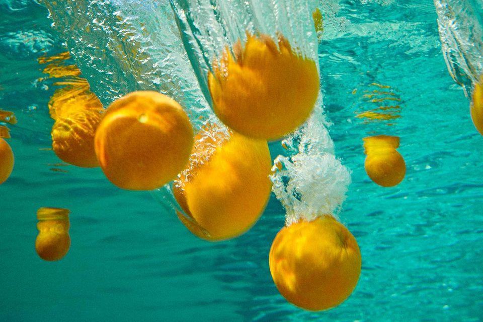 Früchte für die Schönheit: Orangen im Wasser