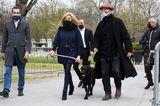 Birgitte Macron geht mit ihrem Hund Nemo Gassi