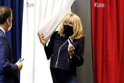 Brigitte Macron gibt ihre Stimme ab.