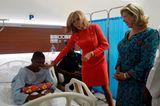 Brigitte Macron verteilt in einem Krankenhaus Geschenke