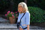 Bei diesem tollen Dress in Babyblau von Louis Vuitton fällt Brigitte Macrons Armschlinge gar nicht mehr auf.