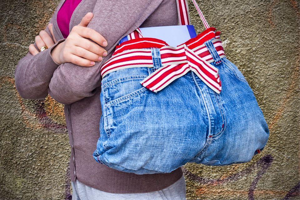 Upcycling-Ideen für Kleidung: Tasche aus Jenashose