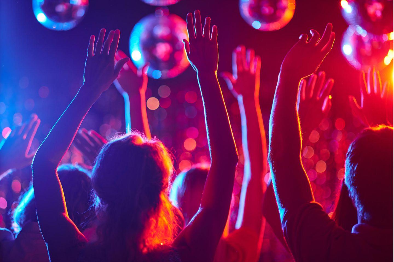 Corona aktuell: Menschen feiern in einer Dico