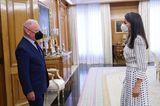 Pünktchen-Kleider sind unter den Royals schwer angesagt. Doch wer genau hinschaut, sieht, dass es sich bei Letizias Kleid von Massmo Dutti gar nicht um schwarze Polkadots handelt, sondern um kleine Quadrate.Trotzdem schick!