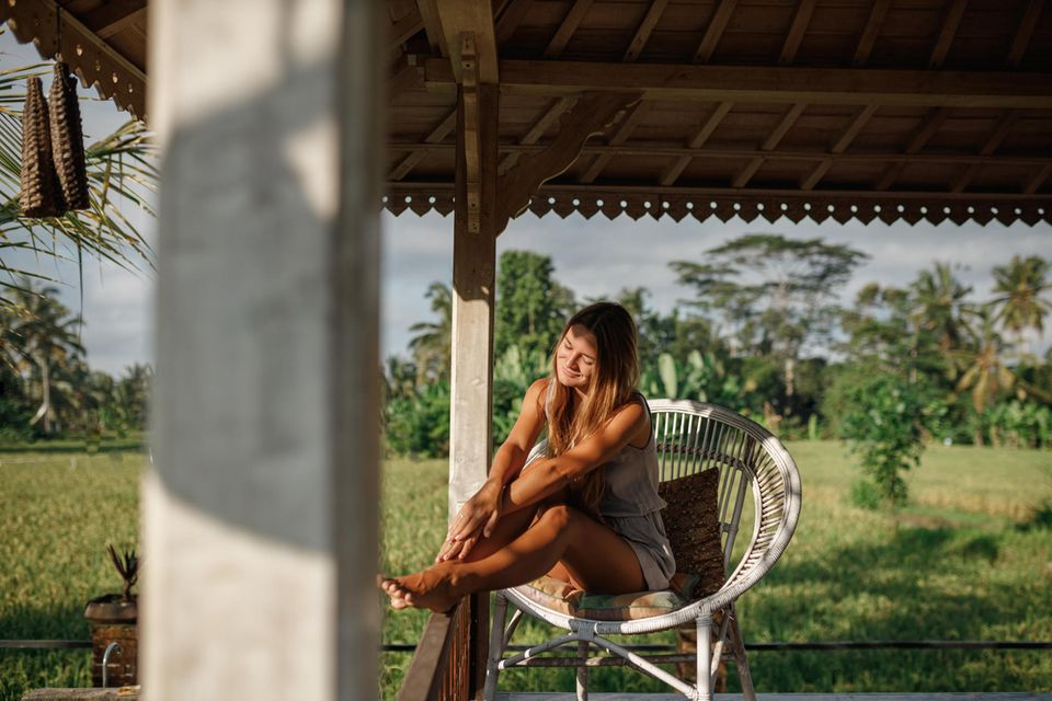 Nachhaltig reisen: Frau im Urlaub
