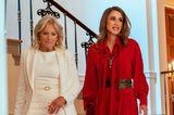 Dr. Jill Biden und Königin Rania von Jordanien gehen eine Treppe im Weißen Haus hinunter.