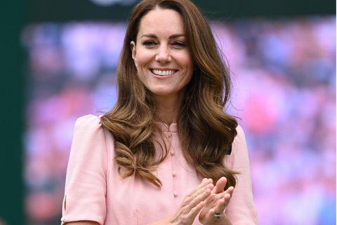 Kate setzt auf zarte Farben und bringt ihrem Teint zumStrahlen.