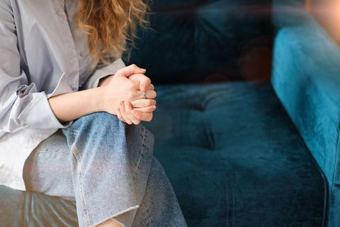 Psychologie: Frau auf Sofa