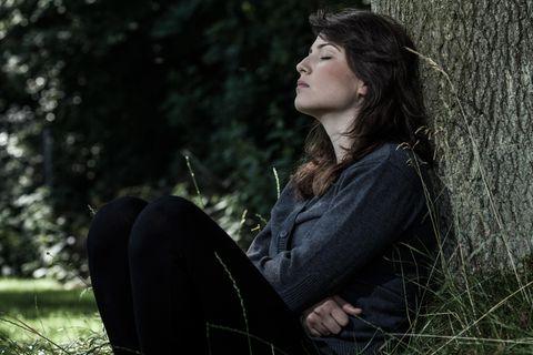 Beziehung: Eine traurige Frau im Park