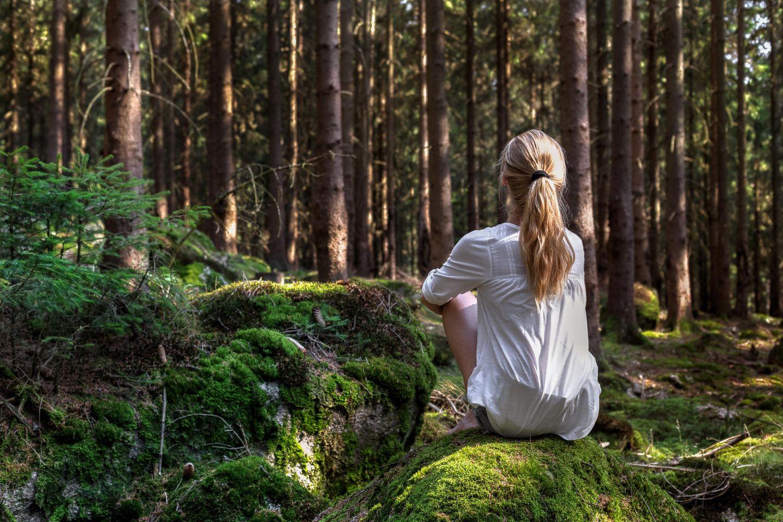 Das beste Ich: Frau besonnen im Wald