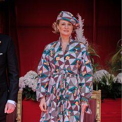 Prinzessin Delphine setzt beim Nationalfeiertag in Belgien auf ein extravagantes Wickelkleid mit geometrischem Muster von Erratum. Im selbigen Muster trägt die belgische Prinzessin außerdem eine Schiebermütze auf dem Kopf. Als wären das nicht schon Hinguckergenug, setzt sie auch bei ihren Schuhenauf einen Eyecatcher.